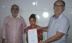 Adolescente escreve carta a empresários pedindo obra em muro e tem casa restaurada
