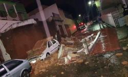 Muro desmorona e mulher fica ferida no Salatiel em Caratinga