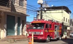 Bombeiros combatem incêndio em residência no bairro Santa Cruz