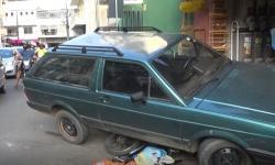 Carro bate em motos estacionadas na Rua Capitão Paiva
