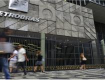 Bolsonaro diz que troca na Petrobras é natural e prega previsibilidade