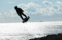 Hoverboard militar estilo Duende Verde sobrevoa Paris