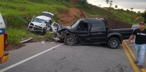 Uma pessoa morre e quatro ficam feridas em acidente com dois veículos na BR-418