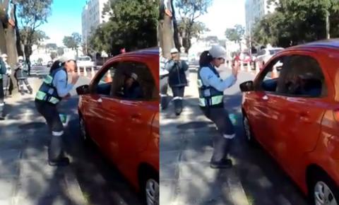 Agente de trânsito orienta motorista surdo em Libras e emociona