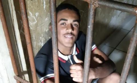 Jovem é preso com garrucha, réplica de arma de fogo e celular furtado