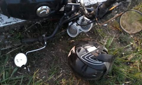 Motociclista perde controle da direção e é socorrido inconsciente