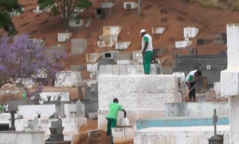 Prefeitura de Caratinga realiza trabalhos de preparação para o dia de finados no Cemitério São João Batista.
