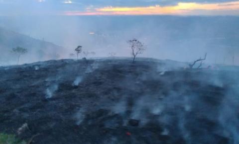 Bombeiros e brigadistas fazem rescaldo no Pico da Ibituruna, em Governador Valadares