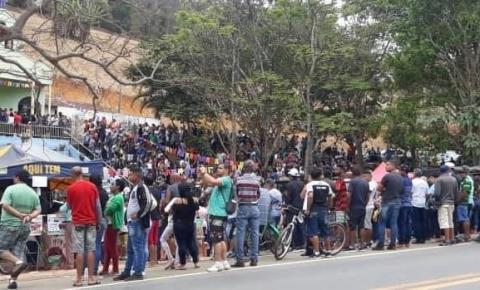 Milhares de fiéis passam pela gruta da 'santinha' no dia da padroeira