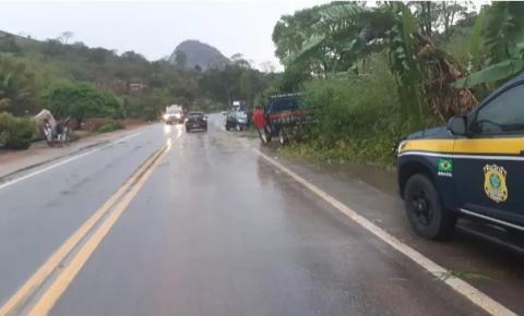 Chuva provoca acidente e interdição na BR-116, em Teófilo Otoni e Itambacuri