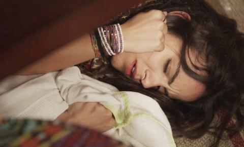 Leandro desmaia e Amanda fica sem respirar após brincadeira de mau gosto