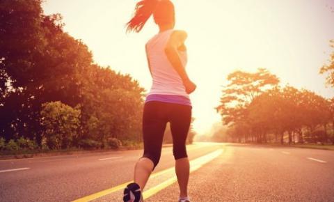 Profissional dá orientações sobre cuidados ao fazer atividades físicas no verão