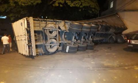 Carreta tomba na Avenida Ana Pena de Faria, no bairro Limoeiro