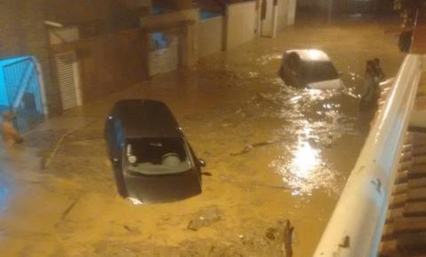 Chuva forte alaga ruas e assusta moradores de Tarumirim