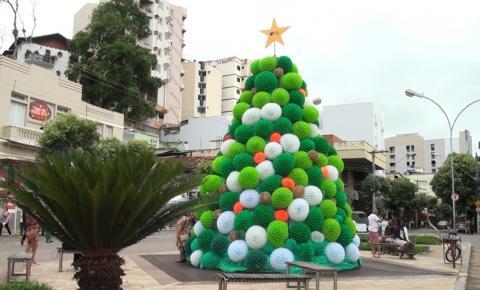 CDL Caratinga decora praça com árvore de copos plásticos e divulga horário especial de natal