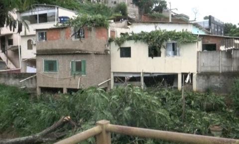 Árvore cai e atinge quarto de bebê de 1 ano e outros cômodos da casa em Caratinga