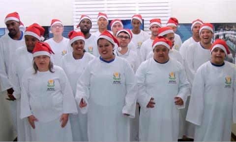 Coral da APAE realiza cantata de natal no SISTEC