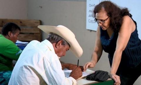 Professora transforma bar em escola e alfabetiza moradores de vila rural