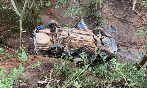 Mãe e filho ficam feridos em acidente na MG-425