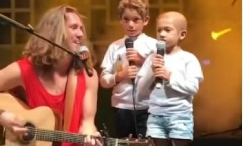 Vitor Kley canta com fã mirim com câncer e ela vai às lágrimas.