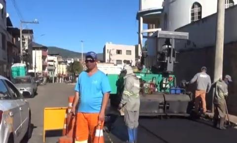 Prefeitura de Caratinga inicia obra de recapeamento na Rua Dênio Moreira de Carvalho no bairro Santa Cruz