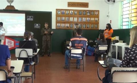 Exército realiza instrução de protocolos de desinfecção para equipes da saúde de Caratinga e outros grupos.