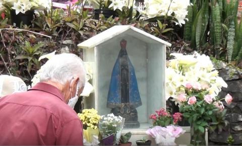 Mesmo em meio à pandemia, fiéis peregrinam até a imagem de Nossa Senhora na grutinha