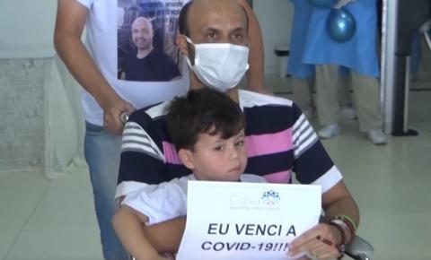 Policial militar de Caratinga tem alta após se curar da covid-19 e é recebido pelos irmãos de farda e familiares em hospital