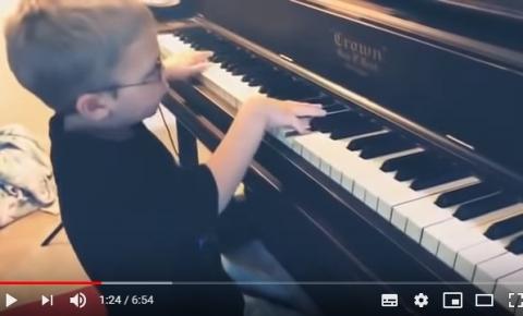 Menino cego de apenas 6 anos toca e canta