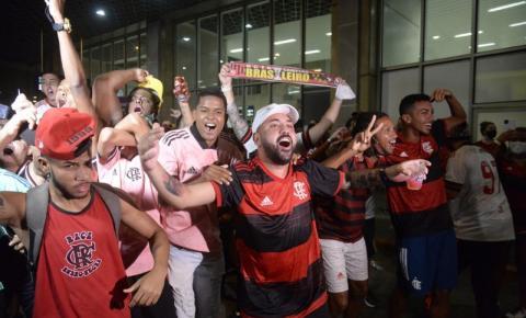 Flamengo desembarca no Rio de Janeiro poucas horas após levantar taça