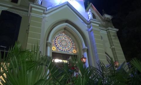 Benção e missa do domingo de ramos reúnem centenas de caratinguenses na Praça Cesário Alvim em Caratinga.