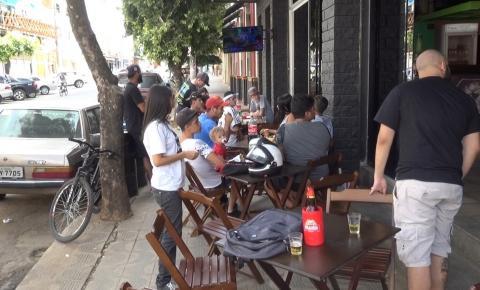 Caratinguenses se reúnem em bar para acompanhar a final do Campeonato Brasileiro de League of Legends.