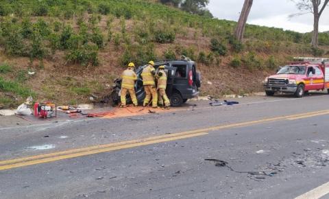 Mulher morre em acidente entre carro e carreta na BR-116, próximo a São João do Manhuaçu