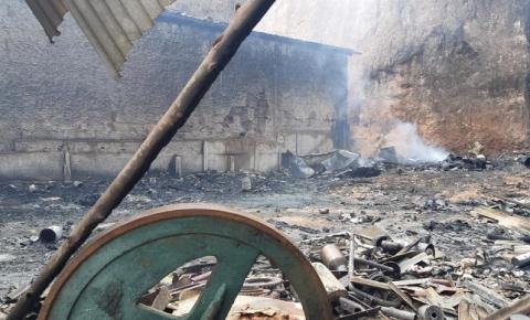 Incêndio atinge ferro-velho e ameaça residências em Bom Jesus do Galho