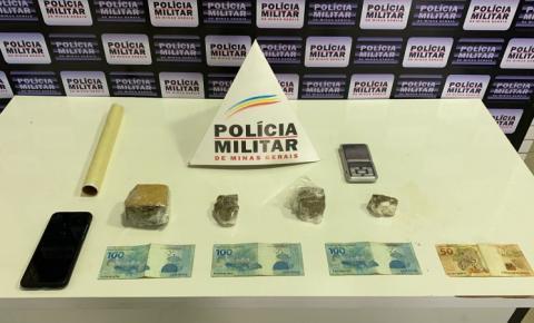 PM cumpre mandado, prende jovem e apreende drogas em Caratinga