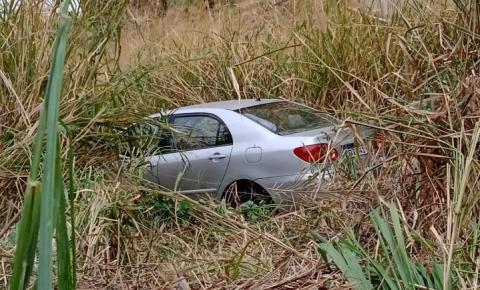 Jovem sai ilesa após carro cair em barranco em Caratinga