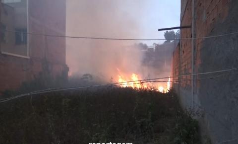 Incêndio em vegetação quase atinge residências do Bairro Floresta