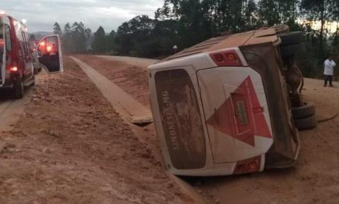 Ônibus que transportava médicos e pacientes tomba e deixa 10 feridos na BR-381