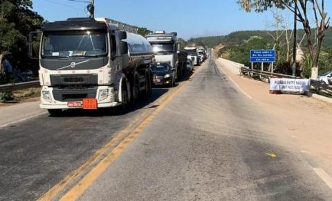 Moradores de Naque interditam BR-381 em protesto contra implantação de pedágio na região