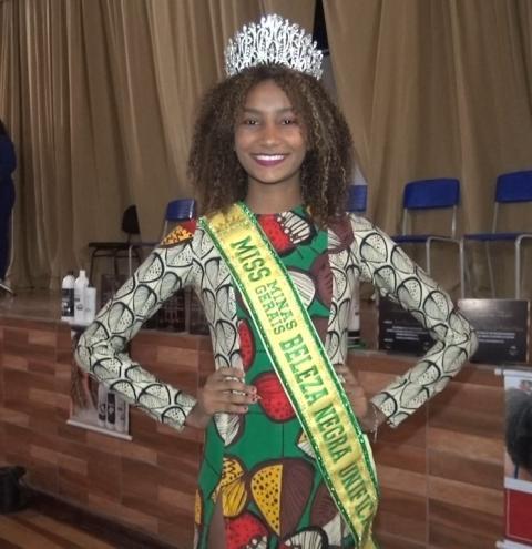 Concurso miss regional beleza negra: jovem de 17 anos é eleita em desfile realizado em Caratinga