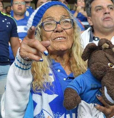 Salomé, torcedora icônica do Cruzeiro, morre aos 86 anos