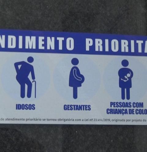 Lei torna obrigatório inserir símbolo do autismo nas placas de atendimento prioritário em Caratinga
